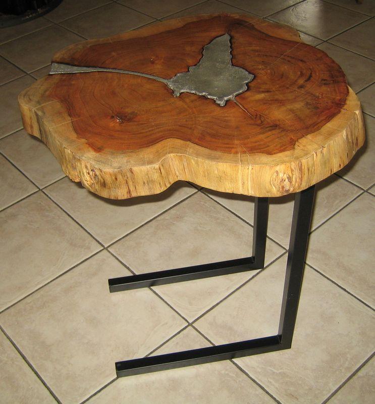 Das Tischgestell Aus Aluminium Ist C Förmig, Wodurch Sich Der Tisch Perfekt  An Die Couch Ran Ziehen Lässt Und Somit Perfekt Erreichbar Ist.